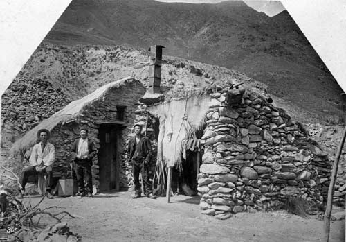 Chinese gold miners in Otago, circa 1900. Image from Te Ara.